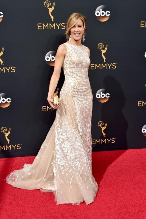 Siêu mẫu ngực trần cuốn hút tại thảm đỏ Emmy - 16