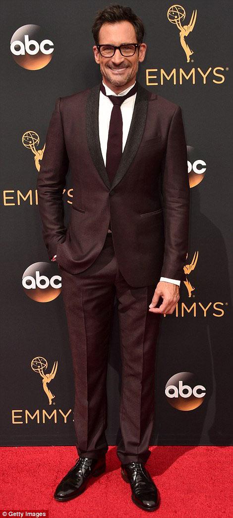 Siêu mẫu ngực trần cuốn hút tại thảm đỏ Emmy - 13