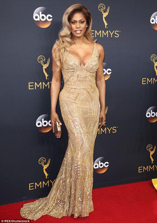 Siêu mẫu ngực trần cuốn hút tại thảm đỏ Emmy - 20