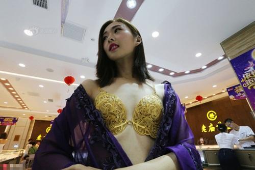 """Gái trẻ TQ mặc nội y vàng ròng 3,5 tỷ gây """"sốc"""" - 3"""