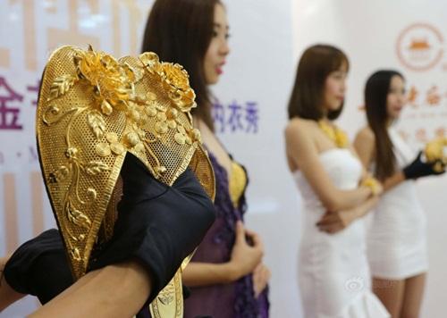 """Gái trẻ TQ mặc nội y vàng ròng 3,5 tỷ gây """"sốc"""" - 4"""