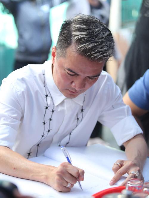 Mr Đàm khóc lặng trước linh cữu ca sĩ Minh Thuận - 3
