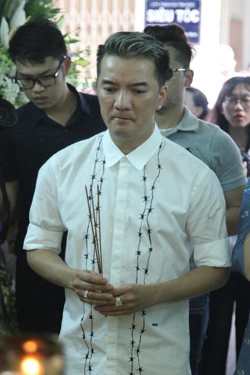 Mr Đàm khóc lặng trước linh cữu ca sĩ Minh Thuận - 4