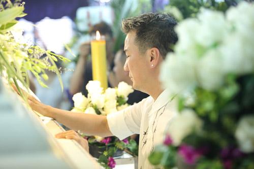 Mr Đàm khóc lặng trước linh cữu ca sĩ Minh Thuận - 1