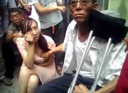 Xôn xao clip thầy bói TQ sờ ngực phụ nữ đoán vận mệnh - 1