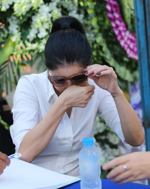 Sao nữ giàn giụa nước mắt đến viếng Minh Thuận - 2