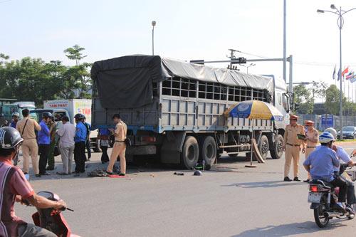 Đà Nẵng: Va chạm với xe tải, hai thanh niên chết thảm - 1