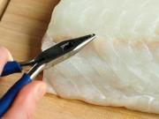 Ẩm thực - Tuyệt chiêu rút xương cực đơn giản ra khỏi phi lê cá