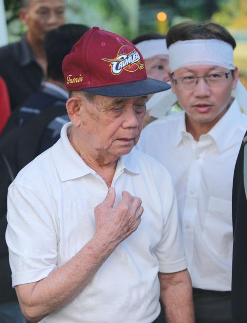 Người bố 95 tuổi thẫn thờ nhìn di ảnh Minh Thuận - 3