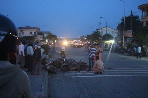 Ô tô Santa Fe húc văng 7 xe máy tại Quảng Trị - 2