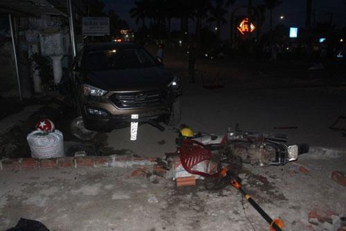 Ô tô Santa Fe húc văng 7 xe máy tại Quảng Trị - 3