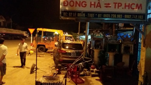 Ô tô Santa Fe húc văng 7 xe máy tại Quảng Trị - 4