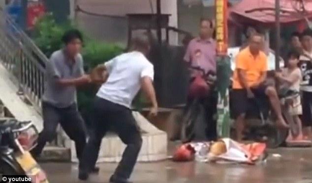 Hai người đàn ông và màn kungfu đường phố xấu nhất mọi thời đại - 1
