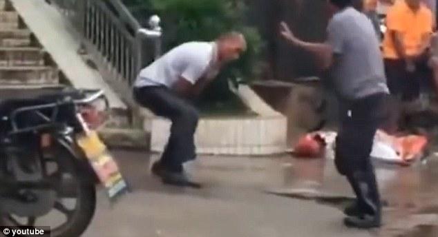 Hai người đàn ông và màn kungfu đường phố xấu nhất mọi thời đại - 2