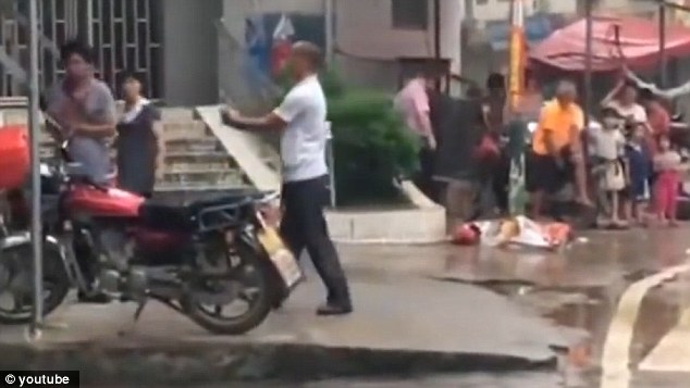 Hai người đàn ông và màn kungfu đường phố xấu nhất mọi thời đại - 3