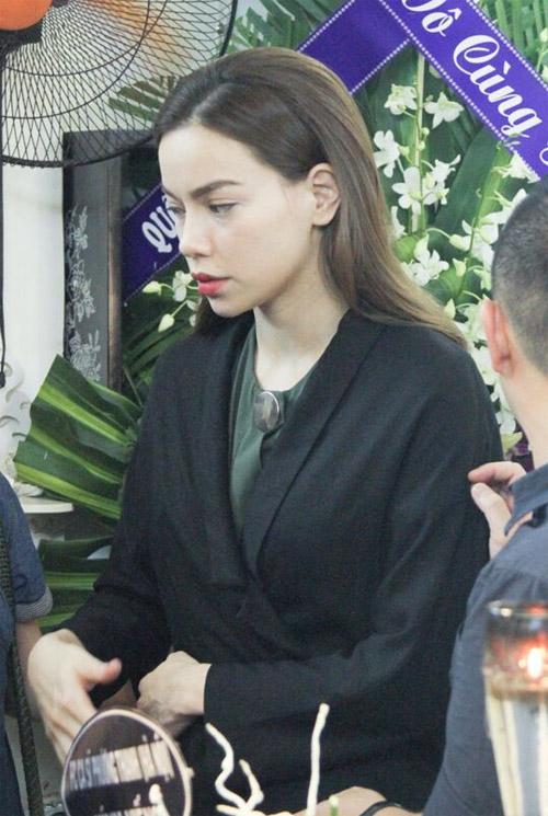 Hà Hồ thất thần đến viếng ca sĩ Minh Thuận trong đêm - 1