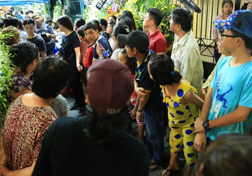 """Nơi viếng ca sĩ Minh Thuận """"ngập trong biển người"""" - 4"""