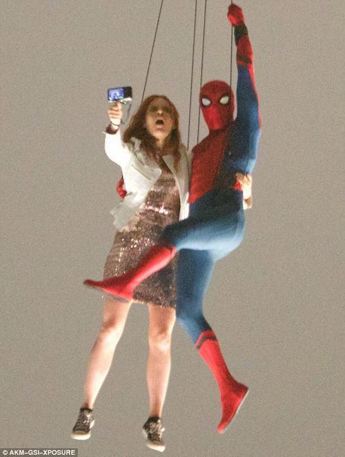 Rò rỉ cảnh người nhện vừa selfie vừa đu dây ngoạn mục - 1