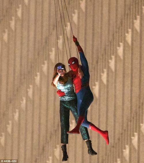 Rò rỉ cảnh người nhện vừa selfie vừa đu dây ngoạn mục - 2