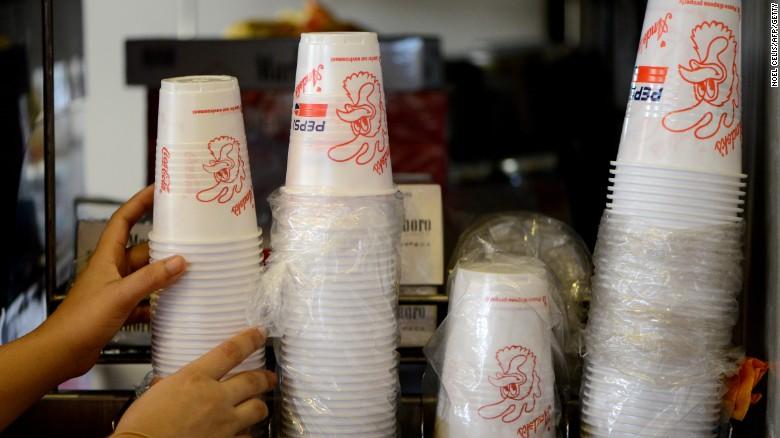 Quốc gia đầu tiên cấm cốc và đĩa nhựa dùng một lần - 1