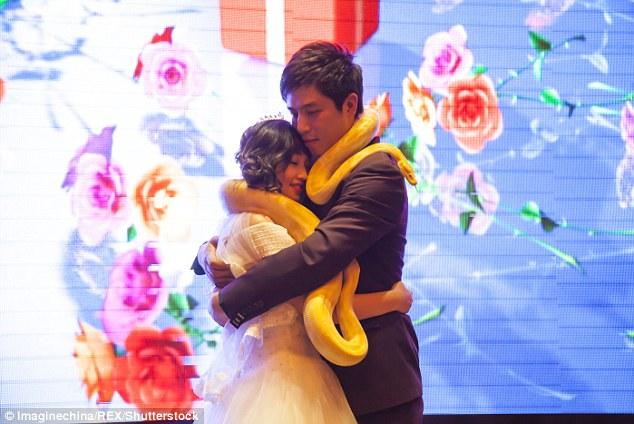 Cặp đôi TQ trao nhau trăn khổng lồ thay nhẫn cưới - 4