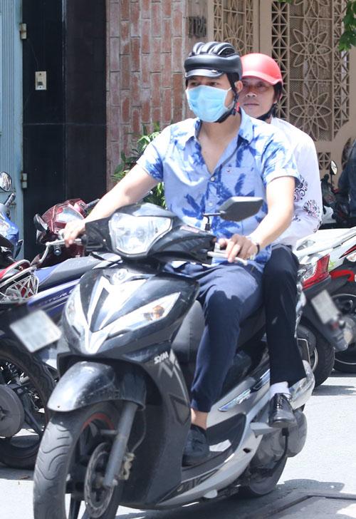 Hoài Linh đi xe máy lặng lẽ đến viếng ca sĩ Minh Thuận - 1