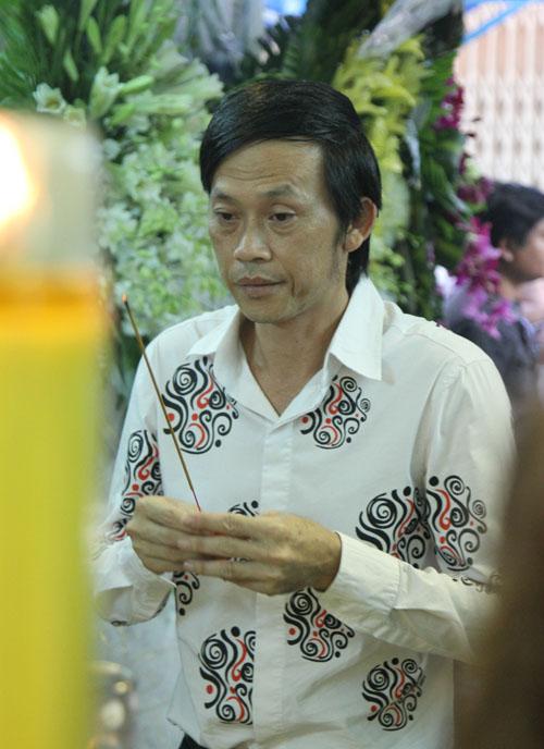 Hoài Linh đi xe máy lặng lẽ đến viếng ca sĩ Minh Thuận - 3