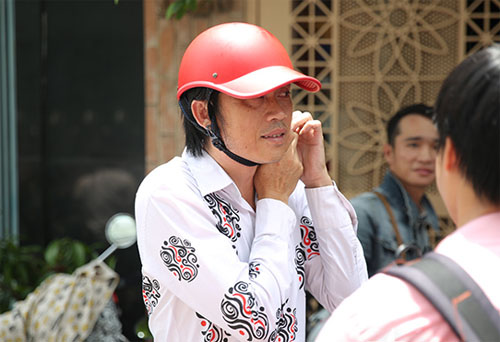 Hoài Linh đi xe máy lặng lẽ đến viếng ca sĩ Minh Thuận - 2