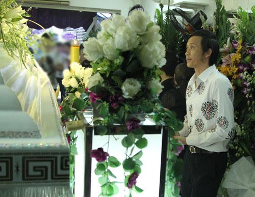 Hoài Linh đi xe máy lặng lẽ đến viếng ca sĩ Minh Thuận - 6