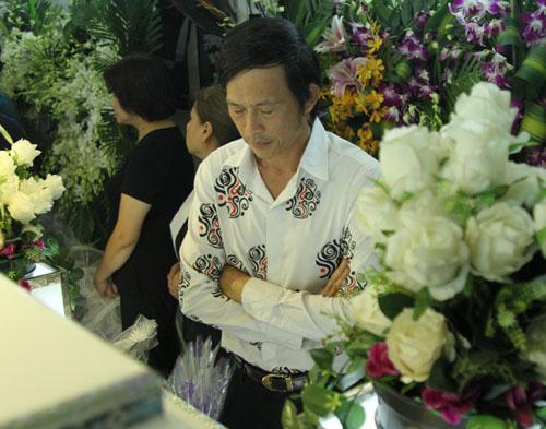 Hoài Linh đi xe máy lặng lẽ đến viếng ca sĩ Minh Thuận - 5