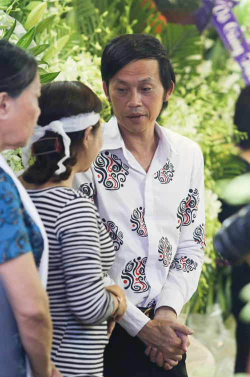 Hoài Linh đi xe máy lặng lẽ đến viếng ca sĩ Minh Thuận - 7