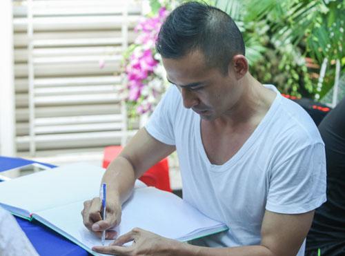 Hoài Linh đi xe máy lặng lẽ đến viếng ca sĩ Minh Thuận - 9