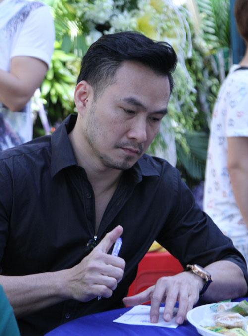 Hoài Linh đi xe máy lặng lẽ đến viếng ca sĩ Minh Thuận - 14
