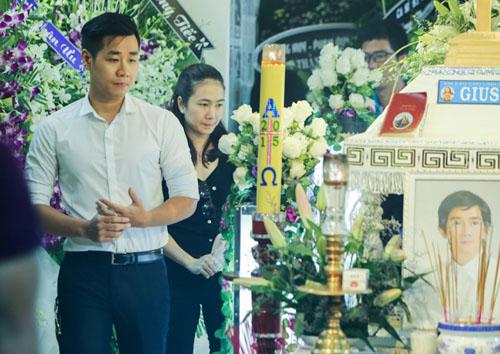 Hoài Linh đi xe máy lặng lẽ đến viếng ca sĩ Minh Thuận - 15