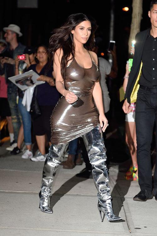 15 kiểu váy áo trong suốt khoe cơ thể của Kim Kardashian - 12
