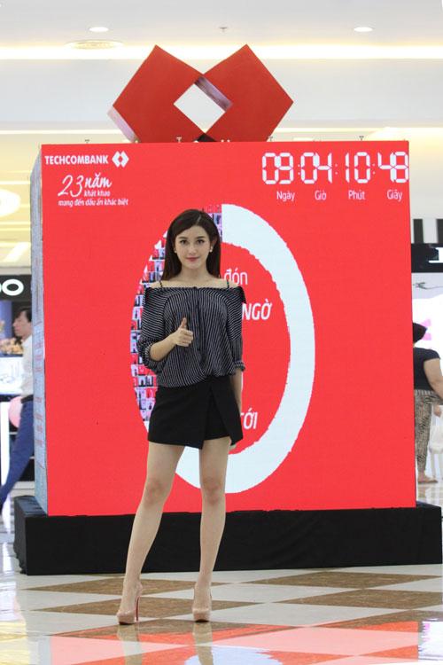 """MC Phan Anh, Á Hậu Huyền My hào hứng chụp hình với """"chiếc hộp bí ẩn"""" - 3"""