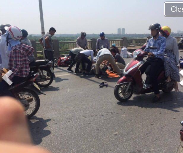 Hà Nội: Ô tô tông hàng loạt xe máy trên cầu Vĩnh Tuy - 1