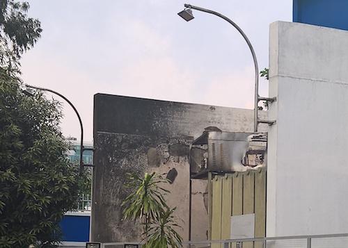 TP.HCM: Nổ trạm biến áp trong mưa, dân vứt xe bỏ chạy - 1