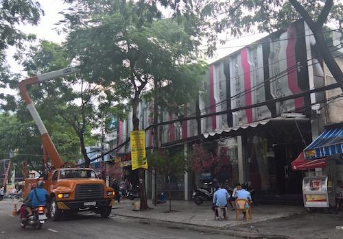 TP.HCM: Nổ trạm biến áp trong mưa, dân vứt xe bỏ chạy - 3