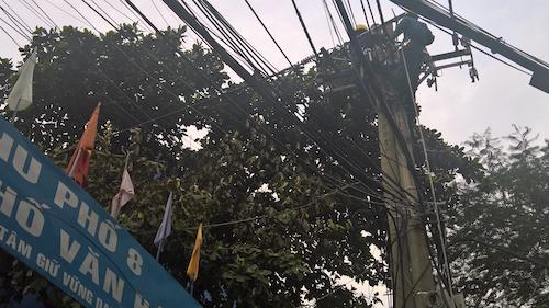 TP.HCM: Nổ trạm biến áp trong mưa, dân vứt xe bỏ chạy - 5