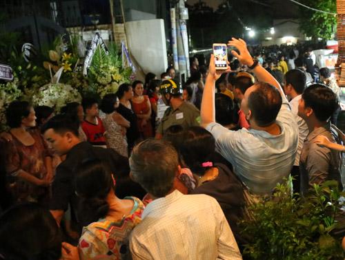 Ngộp thở với đám đông chờ đêm nhạc tiễn đưa Minh Thuận - 3