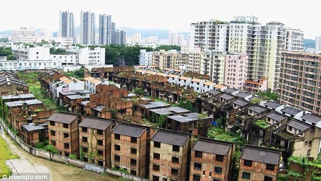 Kì quái nơi hàng trăm biệt thự xây dở bỏ hoang thê thảm ở TQ - 3