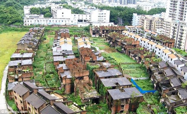 Kì quái nơi hàng trăm biệt thự xây dở bỏ hoang thê thảm ở TQ - 1