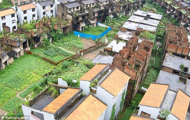 Kì quái nơi hàng trăm biệt thự xây dở bỏ hoang thê thảm ở TQ - 2