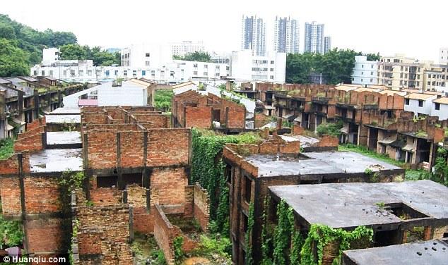 Kì quái nơi hàng trăm biệt thự xây dở bỏ hoang thê thảm ở TQ - 6