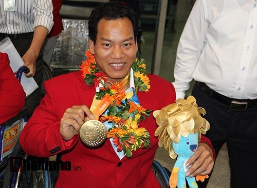 """HCV Paralympic Lê Văn Công nhận """"mưa"""" tiền thưởng - 3"""