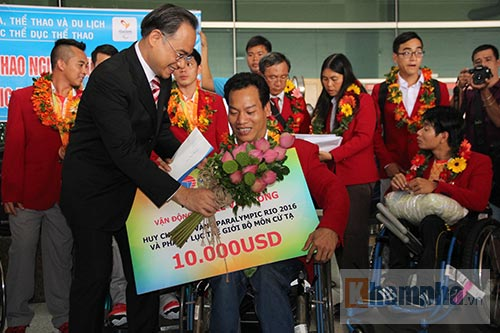 """HCV Paralympic Lê Văn Công nhận """"mưa"""" tiền thưởng - 6"""