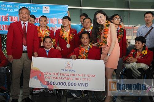 """HCV Paralympic Lê Văn Công nhận """"mưa"""" tiền thưởng - 1"""