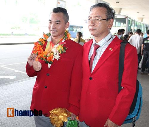 """HCV Paralympic Lê Văn Công nhận """"mưa"""" tiền thưởng - 8"""