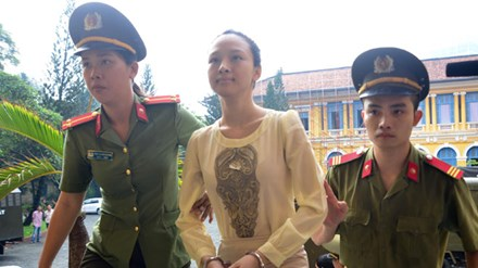 Đang xét xử Hoa hậu Phương Nga lừa đại gia 17 tỷ đồng - 1